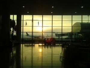 aviao azul em aeroporto