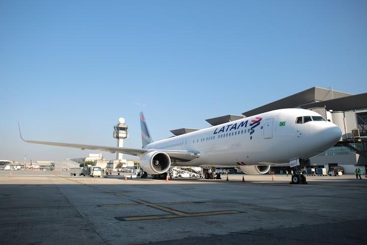 Site com a nova marca LATAM entra  no ar e companhia realiza voos comerciais