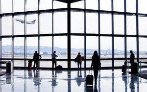 Cobrança de taxa para passageiro marcar assento em voo poderá ser proibida no Brasil